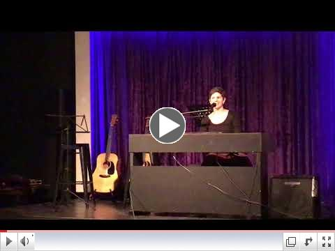 Jessa performing in Italian.